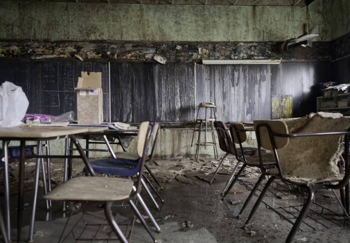 Taket på pojkskolan St Francis Home for boys har ruttnat. Våning för våning vittrar skolsalarna sönder.