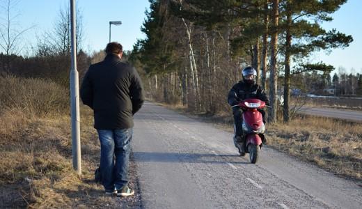 Sam visar olycksplatsen där han krockade med sin moped.