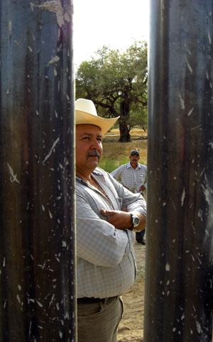 Mexikansk farmare som tvingas se hur en barriär av fem meter höga stålrör växer upp längs hans tomtgräns.