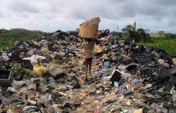Ett av alla berg av datorskrot i Lagos. Foto: BAN.